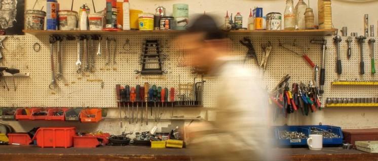 In einer Kfz-Werkstatt (Foto: Public Domain)