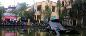 Ein Denk- und Mahnmal: Die Überreste eines von den Luftverteidigungskräften der DRV abgeschossenen B-52-Bombers in Hanoi (Foto: [url=https://commons.wikimedia.org/wiki/File:B-52_shotdown_piece.jpg]Colin Mutchler[/url])