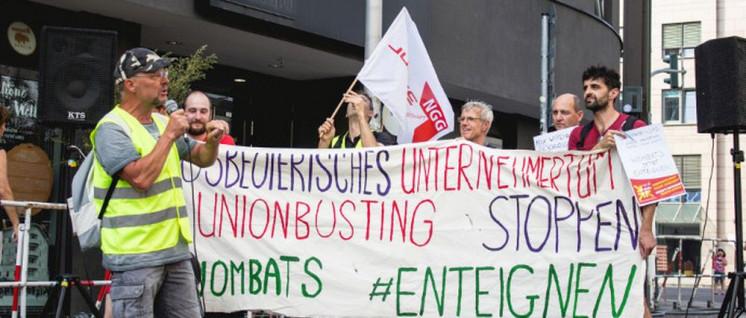 """BVG-Kollege auf der Kundgebung vor """"Wombat's"""" (Foto: Arbeitsunrecht in Deutschland)"""