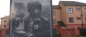 "Das zum 25. Jahrestag der ""Battle of the Bogside"" enthüllte Wandbild in Derry zeigt den 13-jährigen Paddy Coyle während der Kämpfe mit der Polizei. (Foto: [url=https://www.flickr.com/photos/jimmyharris/2259476182/in/photostream/]Jimmy Harris[/url])"
