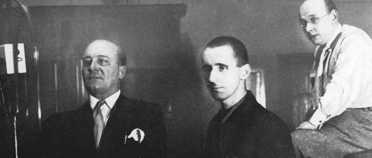 """Im Studio der Schallplattenfirma Homocord bei der Aufnahme des """"Songs von der Ware"""": Der Tenor Erik Wirl, Bertolt Brecht und Hanns Eisler. (Foto: Archiv Jürgen Schebera)"""
