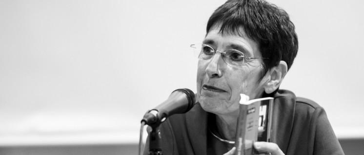 Der Verfassungsschutz will sie auch in Zukunft überwachen: Silvia Gingold bei einer Lesung aus der Autobiografie ihres Vaters Peter. (Foto: Pewe/r-mediabase.eu)