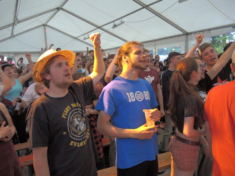 Gibt Kraft, Mut und Wissen über vergangene Kämpfe: Gemeinsam singen beim Arbeiterliederabend.