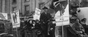 Wahlen zur Nationalversammlung am 19.1.1919: Wahlpropaganda-Korso der Sozialdemokraten in Berlin (Foto: Bundesarchiv, Bild 146-1972-033-15 / Gebrüder Haeckel)