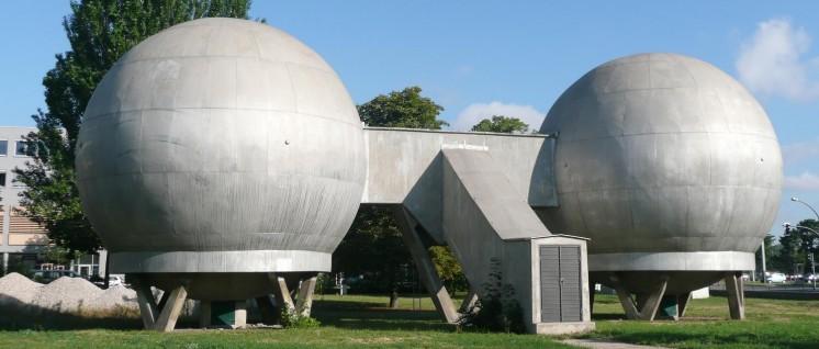 Die Kugellabore auf dem früheren Gelände der Akademie der Wissenschaften der DDR stehen noch heute … (Foto: wikimedia.org/public domain)