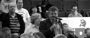 Achim Bigus (am Mikrofon) ist stellvertretender Bezirksvorsitzender der DKP in Niedersachsen (Foto: Tom Brenner)