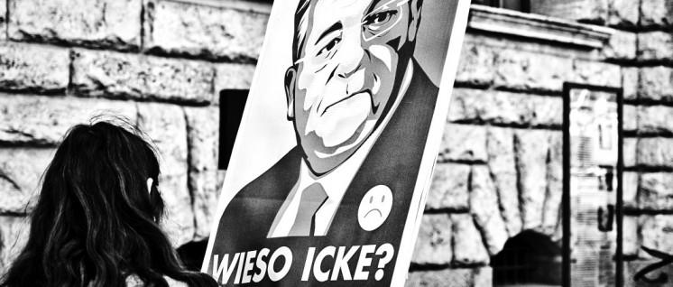 """Die Satiregruppe """"Die Partei"""" feiert Frank Henkel – die Umfragen sehen schlecht aus. (Foto: majka czapski/flickr.com/CC BY-ND 2.0/www.flickr.com/photos/majkaczapski/28674794865)"""