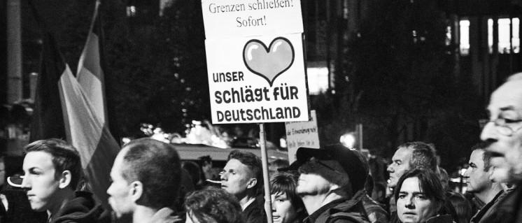 400 LEGIDA TeilnehmerIinnen demonstrierten am 23. September in der Leipziger Innenstadt. Doch die Zahl derjenigen, die sich an Aktionen von Pegida und Co. beteiligen, wächst wieder bedrohlich … (Foto: Caruso Pinguin/flickr.com/CC BY-NC 2.0)