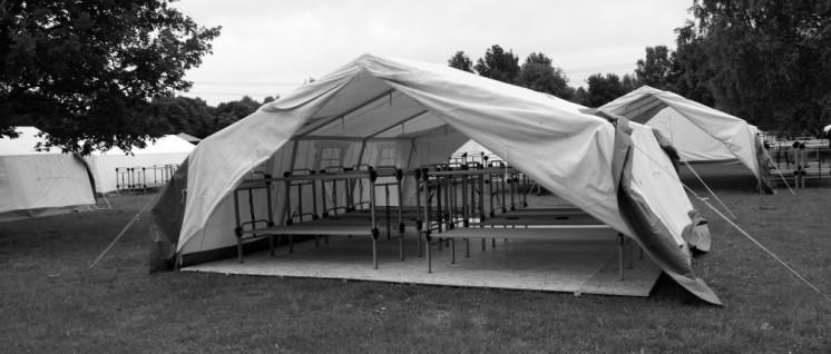 Privatsphäre Fehlanzeige. Zelt für 16 Personen im Erstaufnahmelager Jenfelder Moorpark, Hamburg (Foto: CC BY-SA 3.0; An-d)