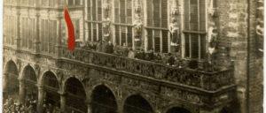 Ausrufung der Machtübernahme durch den Arbeiter-und-Soldaten-Rat am 15.November 1918 vom Balkon des Bremer Rathauses. (Foto: [url=https://de.wikipedia.org/wiki/Bremer_R%C3%A4terepublik#/media/File:Rathaus_Bremen_15111918.jpg]Barth - Staatsarchiv Bremen[/url])