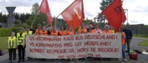 Mitglieder der DKP blockieren den Fliegerhorst Büchel (Foto: Tom Brenner)