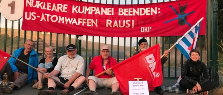 2018: Die DKP blockiert die Zufahrt nach Büchel (Foto: Männe Grüß)