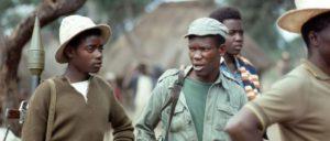 1977: Junge Flüchtlinge aus Südrhodesien (Simbabwe) bewachen ein Flüchtlingslager in Doroi, Mosambik. Anfang 1978 hatten die Flüchtlingslager in Mosambik über 40000 Menschen aufgenommen. (Foto: UN Photo/S. di Bagno)