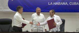 Kolumbiens Präsident Juan Manuel Santos (links) und der Vertreter der FARC, Timoleón Jiménez (rechts), reichen sich die Hand. In der Mitte Kubas Präsident, Raúl Castro. (Foto: Ladyrene Pérez / Cubadebate)