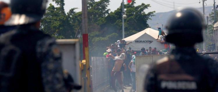 Randalierer bewarfen die venezolanischen Sicherheitskräfte von kolumbianischer Seite aus mit Steinen und Molotowcocktails. (Foto: AVN)