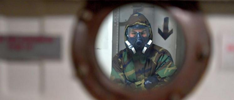 US-amerikanischer Soldat bereitet auf der USS Wasp, die im indo-pazifischen Raum kreuzt, die Simulation eines nuklearen Angriffs vor. (Foto: U.S. Navy photo by Mass Communication Specialist 1st Class Daniel Barker/Released)