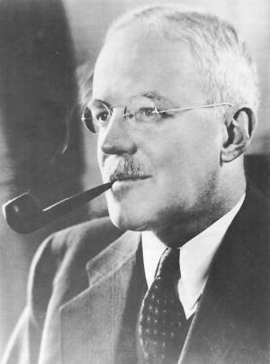 Allen Welsh Dulles (1893 bis 1969) war von 1953 bis 1961 Direktor der CIA. Als CIA-Chef war er maßgeblich für die Regierungsumstürze im Iran und in Guatemala, die Invasion in Kuba und den Mord an Patrice Lumumba verantwortlich. Dulles war der jüngere Bruder von John Foster Dulles, ab 1953 Außenminister der USA.
