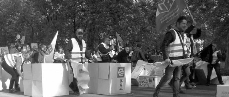 """""""Tarifmauer einreißen"""": Aktion der IG BAU zu den Tarifverhandlungen am 29. Oktober in Frankfurt. (Foto: UZ)"""
