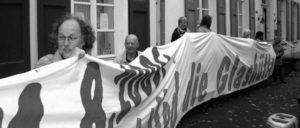 Protest auch vor dem Rathaus: Die DKP macht Arbeitsplatzvernichtung zum Thema. Das stört die Vertreter des Kapitals. (Foto: Bettina Ohnesorge)