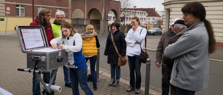 Unterschriftenaktion beim Klinikum Brandenburg (Foto: Stefan Kemske)