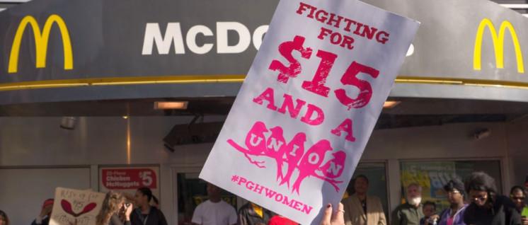 Für 15 Dollar und eine Gewerkschaft– Proteste von McDonald's-Arbeitern in Pittsburgh (Foto: Mark Dixon / flickr.com)