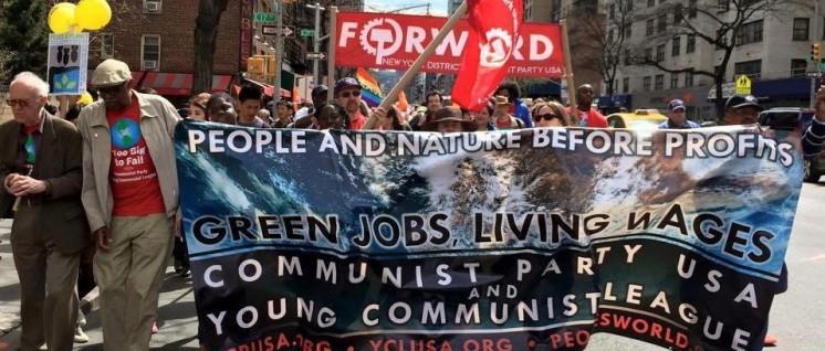 Menschen vor Profiten, Wahlkampf für Hillary: Die CPUSA beim 1. Mai in New York. (Foto: CPUSA)