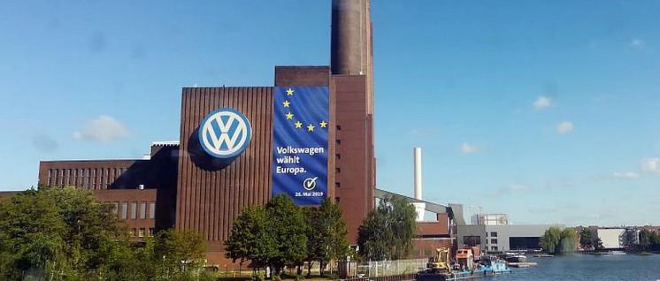"""Deutsche Konzerne wissen, warum """"Europa"""" ein Glücksfall für sie ist. Die Konzernzentrale von VW (Wolfsburg) ist mit EU-Werbung geschmückt. (Foto: UZ)"""
