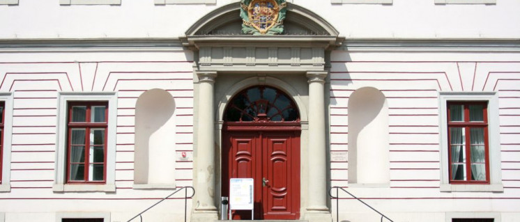 Hinter den Türen des Lüneburger Landgerichts wird rechts gesprochen. (Foto: [url=https://de.wikipedia.org/wiki/Datei:L%C3%BCneburg_-_Am_Markt_-_Landgericht_03_ies.jpg]Frank Vincentz[/url])