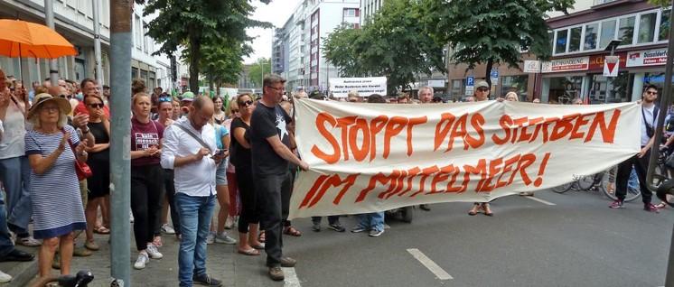 """Der eindringliche Appell ging vor dem Düsseldorfer DGB-Haus nach Berlin, Brüssel und Rom: """"Stoppt das Sterben im Mittelmeer!"""" (Foto: Uwe Koopmann)"""