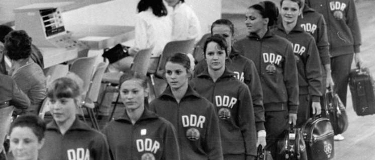 DDR-Turnerinnen auf dem Weg zum Training (München, 1972, XX. Sommerolympiade) (Foto: Bundesarchiv, Bild 183-L0822-0026 / Gahlbeck, Friedrich / CC-BY-SA 3.0)