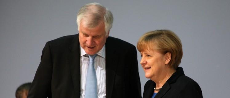 Währnd immer mehr Menschen in EU-Europa und vor allem auch in Deutschland Zuflucht suchen (oben die Lageso in Berlin), gehen nicht nur Seehofer und die CSU auf Konfrontationskurs zu Merkel. (Foto: CDU Deutschlands)