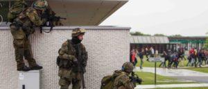 Amtshilfe oder Vorbereitung auf den Bürgerkrieg? Soldaten vom Fallschirmjägerregiment 31 trainieren im Mai 2016 in Belgien gemeinsam mit Kameraden aus anderen Ländern die Evakuierung einer Schule. (Foto: Bundeswehr/Jane Schmidt)