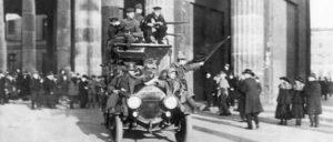Revolutionäre Soldaten mit der roten Fahne am 9. November 1918 vor dem Brandenburger Tor in Berlin (Foto: Bundesarchiv, Bild 183-B0527-0001-810 / Unbekannt / CC-BY-SA 3.0)