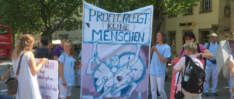 Demonstration in Stuttgart zum Tag der Pflege, organisiert von den Schülerinnen der Kolping-Altenpflegeschule in Stuttgart. (Foto: Monika Münch)