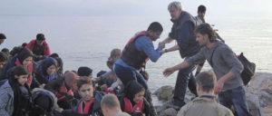 Auf See Gerettete kommen auf der griechischen Insel Lesbos an. (Foto: [url=https://de.m.wikipedia.org/wiki/Datei:Seerettung_auf_Lesbos_.jpg]Lukas Mall[/url])