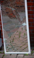Im Roman wird der zerbrochen Spiegel zum Symbol für die Brechnung der Wirklichkeit, aber auch für den Tod