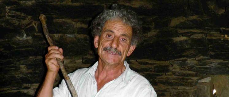 Kleinproduzent unter Druck: Stelios Stavrakis mit seinem aus Olivenholz geflochtenen Schlägel zur Käseproduktion. (Foto: Bettina Ohnesorge)