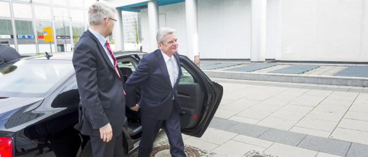 Hurtig nach rechts eilt Joachim Gauck. (Foto: [url=https://www.flickr.com/photos/bankenverband/13733548365]Boris Streubel u. Jochen Zick, Action Press[/url])