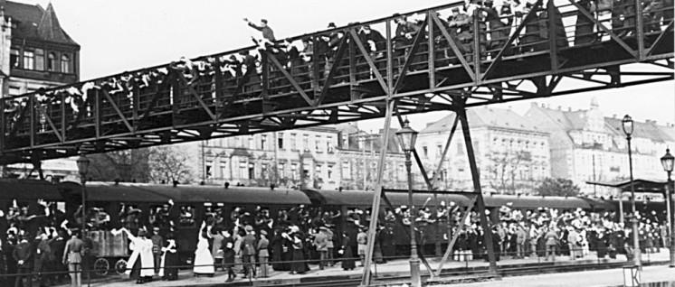 Noch voller Kriegsbegeisterung: Verabschiedung von Soldaten an die Front, Hauptbahnhof Fürth (Bayern) 7. / 8. August 1914 (Postkarte 1914) (Foto: unbekannt / wikimedia.org/ public domain)