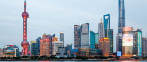 Metropole Schanghai: Blick auf den Stadtteil Pudong. Rechts der Financial Tower (Foto: [url=http://t1p.de/5pc3]Valentin Stanciu[/url])