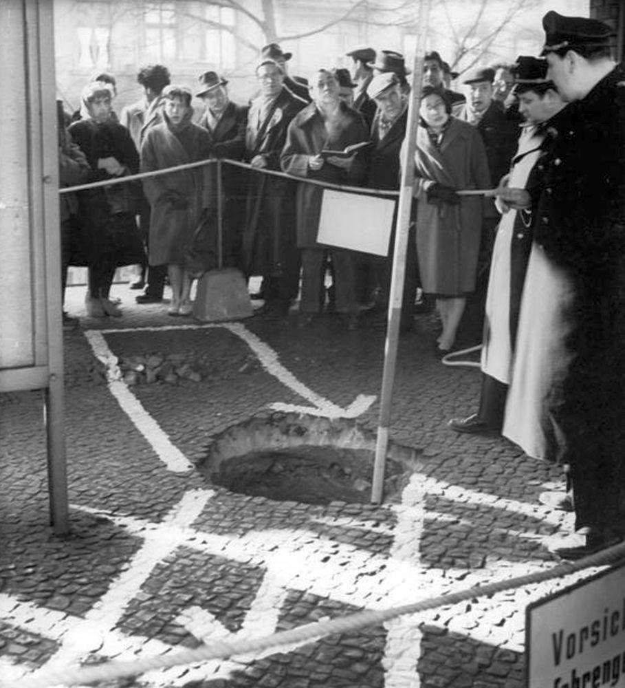 Ein von Westberliner Agenten 1962 durch das Gewölbe des S-Bahnhofs Wollankstraße vorgetriebener Stollen wurde durch eine Absenkung des Bahnsteigs entdeckt.
