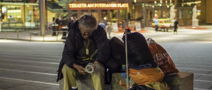 """Obdachlose am Marlene-Dietrich-Platz vor dem Theater am Potsdamer Platz, in dem das Musical """"Hinterm Horizont"""" aufgeführt wird. (Foto: [url=https://www.flickr.com/photos/skohlmann/14968151992]Sacha Kohlmann[/url])"""