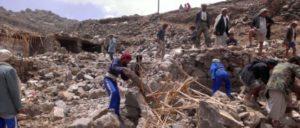Bombardierung des Jemen: Dorfbewohner durchsuchen Trümmer des Dorfes Hajar Aukaish nach Habseligkeiten. (April 2015) (Foto: A. Mojalli/VOA)