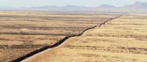 """Ein """"physisches Hindernis"""" besteht an der Grenze bereits: Dieser Zaun ist 1100 Kilometer lang. (Foto: Donna Burton)"""