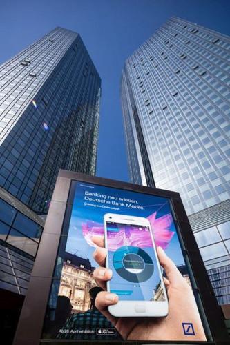Die Fassade glänzt, aber die Deutsche Bank sitzt auf mindestens 74 Milliarden Euro finanziell unsicherer Papiere.