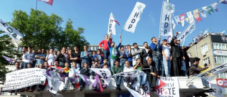 HDP-Anhänger bei einer Demonstration zu den Parlamentswahlen 2015 (Foto: Public Domain)