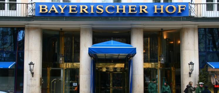 """Der Bayrische Hof in München, Tagungsort der """"Sicherheitskonferenz"""".  (Foto: www.securityconference.de,Creative CommonsAttribution 3.0 Germany.)"""