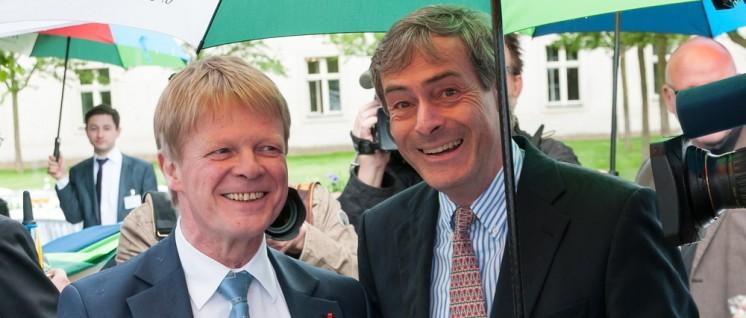 DGB-Vorsitzender Hoffmann und Arbeitgeberpräsident Kramer gemeinsam unter einem Regenschirm am 1. Mai (Foto: 2016 BDA | Bundesvereinigung der Deutschen Arbeitgeberverbände)