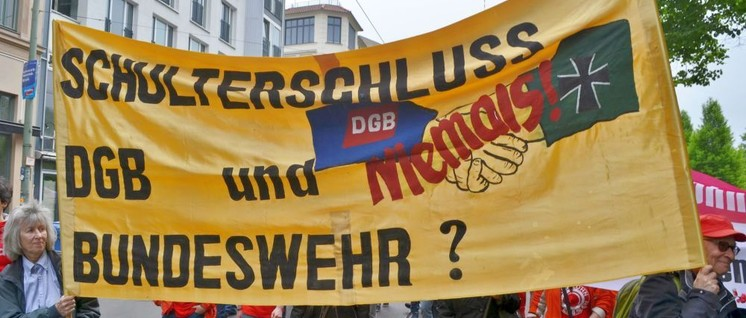 Protest gegen die Anbiederung der Bundeswehr (Foto: Uwe Hiksch)