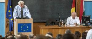 Habermas in seinem Element: Mit EU-Fahne über die Zivilgesellschaft referierend an der Eötvös-Loránd-Universität in Budapest. (Foto: [url=https://commons.wikimedia.org/wiki/File:Habermas13_(14277269396).jpg]Európai Bizottság/Dudás Szabolcs[/url])